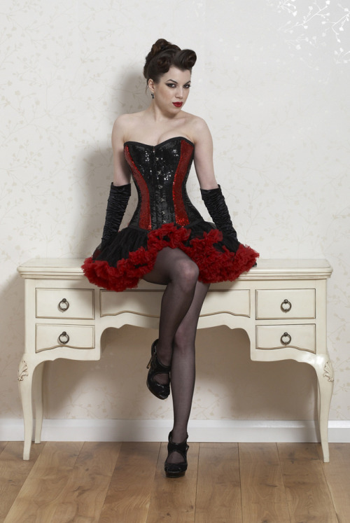 mmmm-corsets:  hourglass-silhouette:  Threnody in Velvet for Fairy Goth Mother.  Nice to see others love Fairygothmother