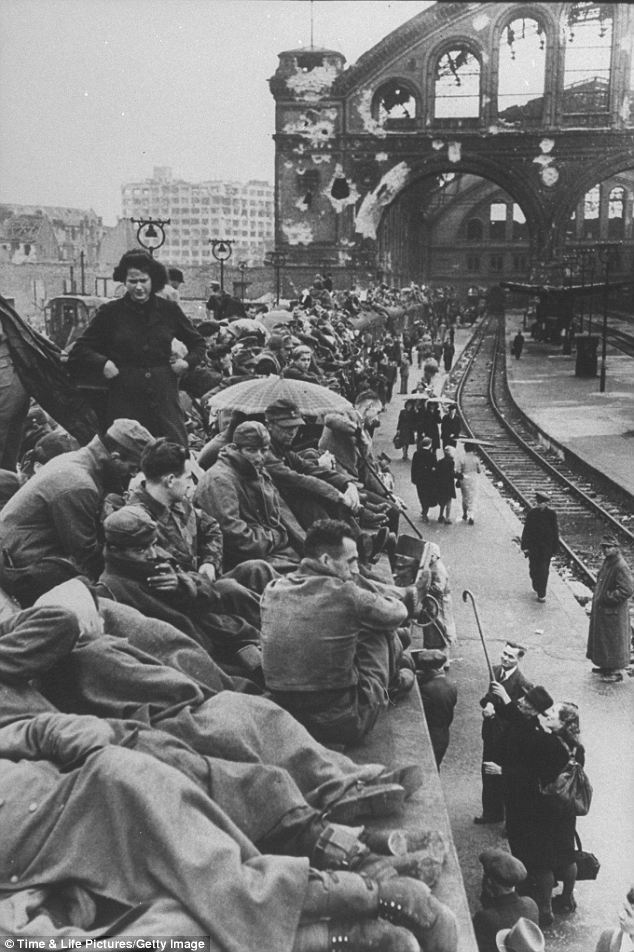 modhistory:  German refugees at the Berlin train station after the defeat of Nazi Germany by the Allies   Los refugiados alemanes en la estación de tren de Berlín después de la derrota delos nazis
