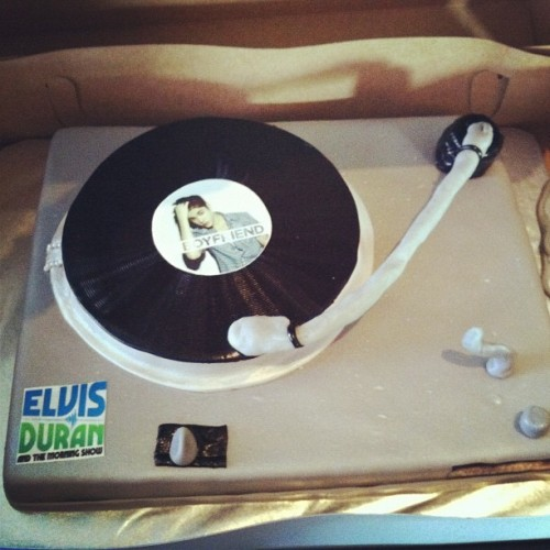 Elvis Duran got this cake for Justin