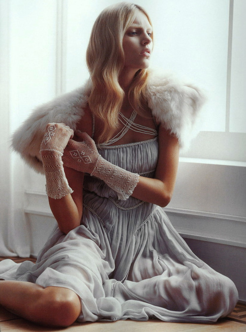 "adjectival:  ""Victorian Queen"": Anja Rubik by Thomas Schenk for Vogue Nippon August 2005"