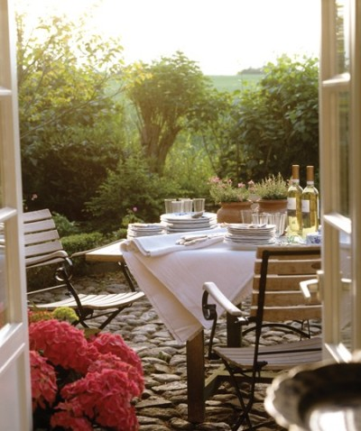 georgianadesign:  Romantic garden gathering. Designer Monique Waqué.