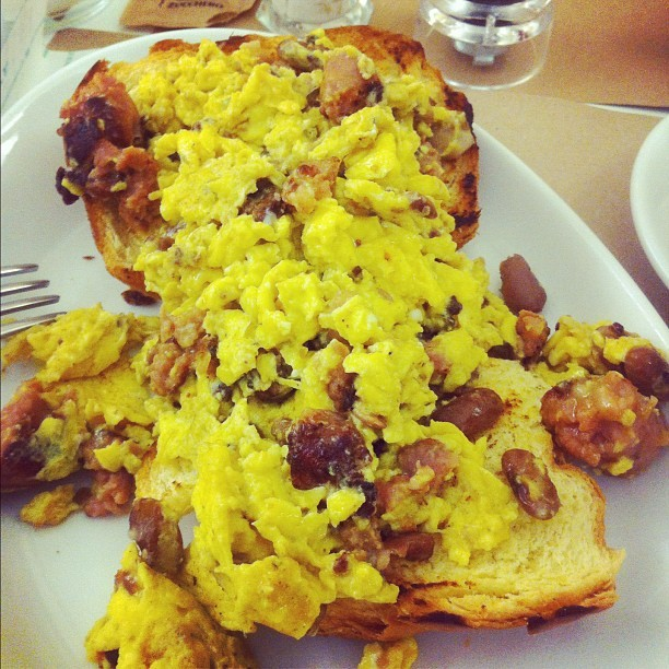 #scrambled #egg #sausage #bean #food #foodspotting #igers #igersitalia #instagram #instago #instagood #iphonesia #photooftheday #colours #colors #iger #onlyiphone #iphonephotooftheday #iphoneography #jj #ig #jj_forum #clubsocial #instagroove #photo_of_the_week  (Scattata con Instagram presso That's Bakery)