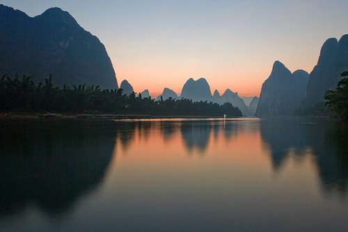 refero-mundus:  Sunrise Li River (by ©Helminadia Ranford (Traveling))