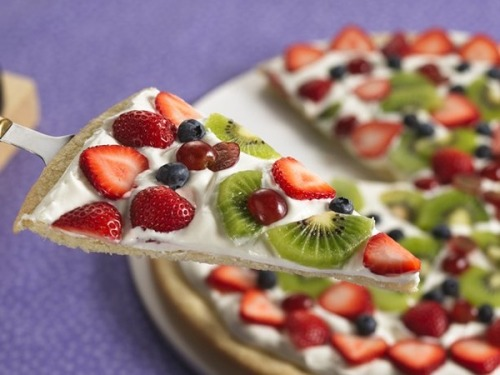 inspiremefit-xo:  Crust: baked pitaSauce: Greek yogurt Toppings: Any fruit you desire Great brunch idea!