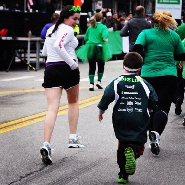 Juliana encouraging her little bro in his first race. ❤