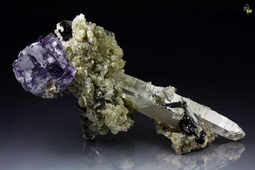 sarahmagdalena:  A unique pic of Fluorite, Muscovite, Hubnerite and Quartz.