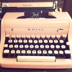 fallonelizabeth:  madly in love with this pink typewriter @reformschool! (Taken with instagram)