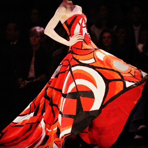 Fabulous ! #alexandermcqueen #reddress #mcqueen #fashion #dress (Publicado com o Instagram)