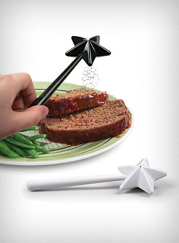 glitchoddities:  Magic wand salt&pepper shakers.  I need this because of reasons.