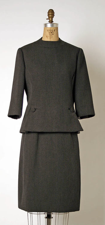 lpandeff:  omgthatdress: Suit, Geoffrey Beene, 1963-1969, The Metropolitan Museum of Art  Another iconic 60s suit from the master of cut and proportion.