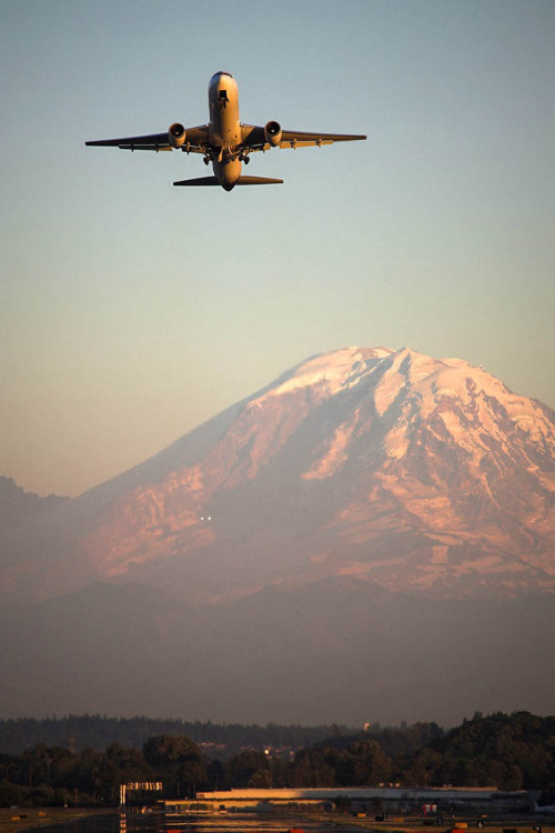 uppiluften:  UPS 767-300 departing Boeing Field. By: Kevin Scott.