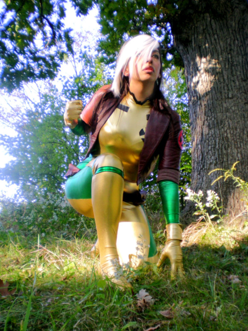 Lookit this rad '90s-era Rogue cosplayer! via sidneyvons:  Fight or flight?