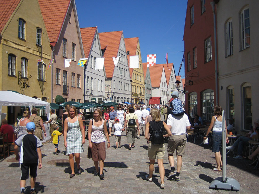 thisbigcity:  urbanination:  Jakriborg, Sweden is a predominantly car free, transit and pedestrian oriented and considerably dense new urbanist development.   瑞典Jakriborg絕大多數地區沒有汽車,以大眾運輸和行人為主,新都市開發案也多採用密集式建築。