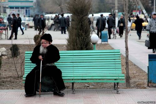 An Uzbek man rests on a bench in Rishat, Uzbekistan. Photo by @ozodlik