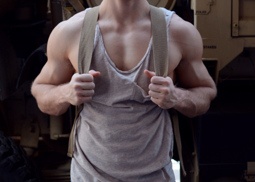 purelybiotic:  holy crap his arms…