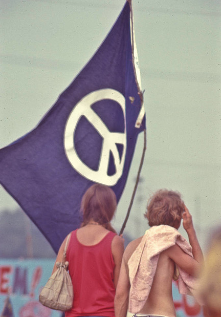 anima-oculos:  Peace Flag. Second Atlanta Pop Festival, 1970.