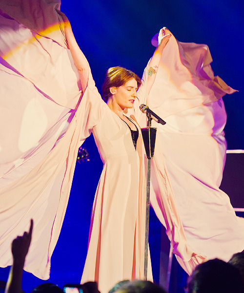 jacolbi:  Florence Welch transforming into her natural form as an angel.