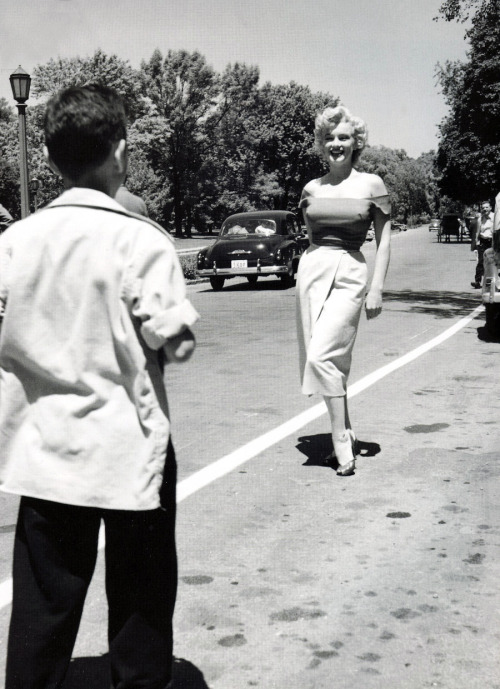 Marilyn Monroe in Canada to shoot Niagara, photo by Jock Carroll (1953)