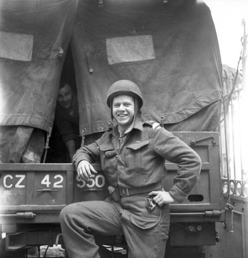 Lieutenant Ken Guy of the 3rd Light Anti-Aircraft Regiment, Royal Canadian Artillery (R.C.A), taking part in Operation SPRING, Fleury-sur-Orne, France, 25 July 1944.  Credit: Lieut. Michael M. Dean / Canada. Dept. of National Defence / Library and Archives Canada / PA-130139Photographer: Dean, Michael M.