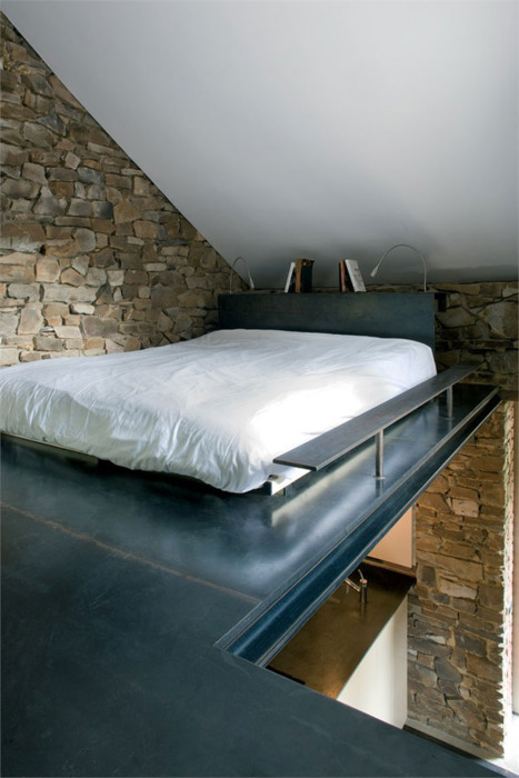 mo-balatero:  I've always wanted a low bed like this. And I'd kill for brick walls.