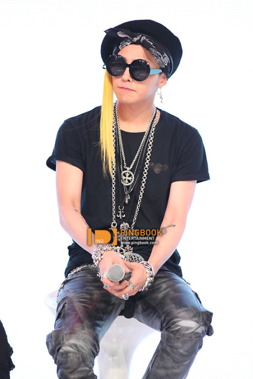 let me count how many accessories GD was wearing, 1,2,3,4,5,6 ……. omg i lost count again o..0