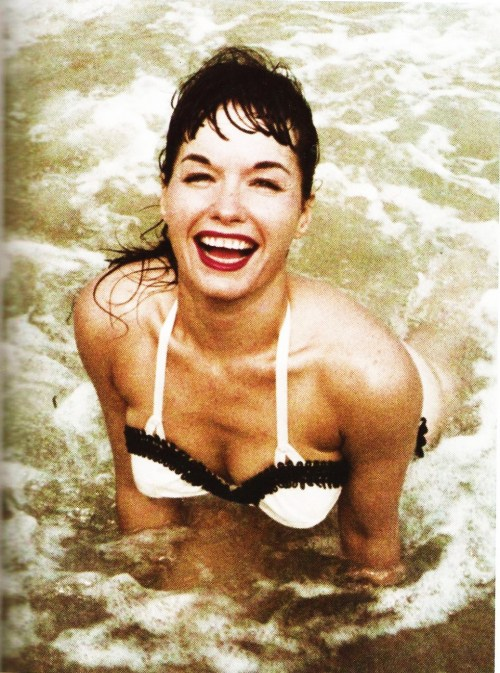 demiilauren:  Bettie Page. Rare outdoor photo taken by Art Amsie, considered one of the best camera-club photographers who shot Bettie. (Copyright Art Amsie)