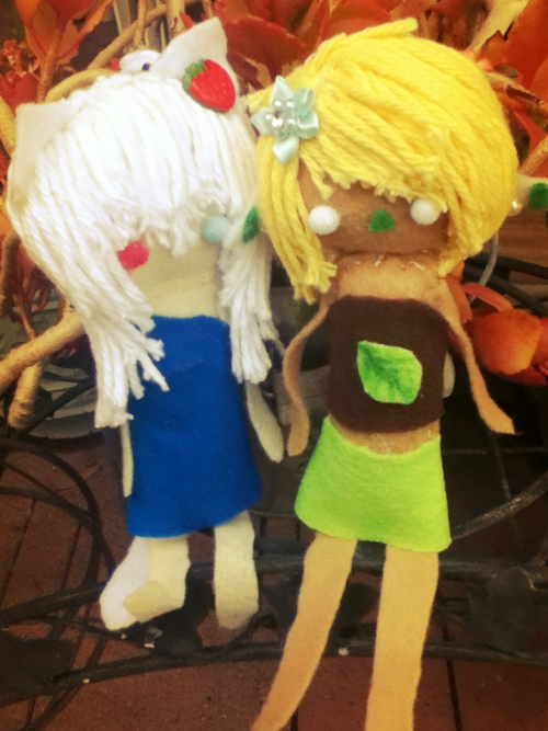 Two little Felt dolls I made my friends OvO ya they don't look so good I know