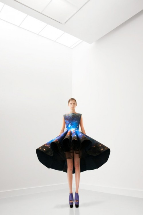 So in love with this star-dappled Setareh Mohtarez dress (via Trendland)
