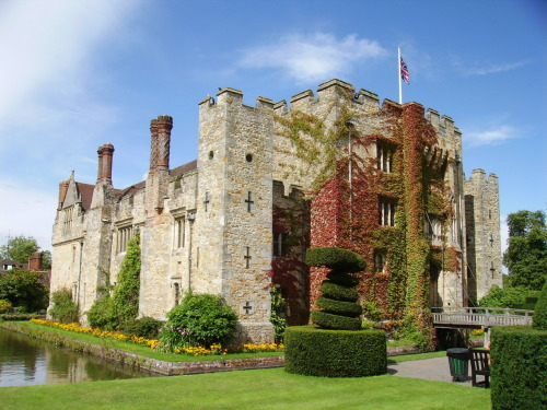 historyofeurope:  This is Hever Castle in Kent, England. It was the childhood home of Anne Boleyn, 2nd wife of Henry VIII, but eventually was given to Anne of Cleves, Henry VIII's 4th wife. In 1903 it was bought by William Waldorf Astor, an American millionaire, who restored it to use as a family residence. It is now open to the public.
