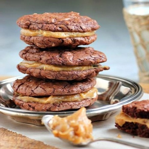 wehavethemunchies:  Brownie & Peanut Butter Sandwich Cookies