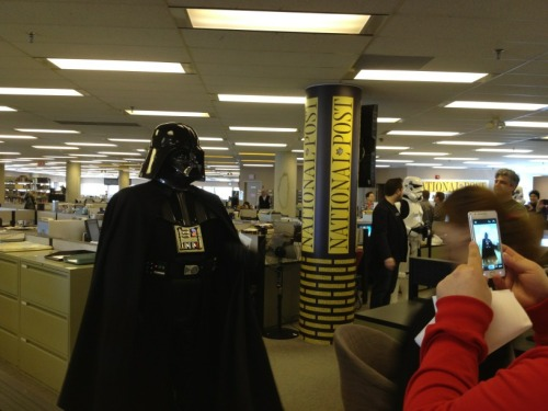 Correo a la estrella de la muerte por favor. #fanstarwars nationalpost:  So guess who just dropped in for a visit at the National Post offices…