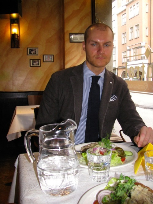 Anton @ Dinner: Jacket (in wool-cashmere), L.B.M. 1911 (private) Shirt, Schoffa Handkerchief, Brunello Cucinelli (private) Knit tie, Selected (private)