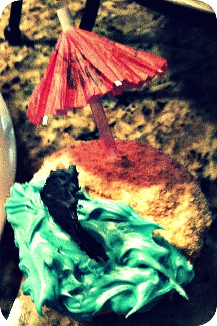 not only did this cupcake turn out amazing, but it was delicious too. nom nom.