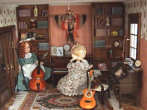 EL DESPACHO El despacho es a su vez la sala de música y he reunido ya una buena colección de instrumentos. Elpianoun regalo. El violonchelo y el violín comprados muy baratos en una feria. Laguitarraun llavero. Aun me falta poner las cortinas y el ordenador que quiero poner sobre la mesa del escritorio Las muñecas son de unos fascículos y de momento me gusta como quedan aunque puede que las cambie.Las estanterías las he hecho con madera de balsa y los libros están hechos con imprimibles extraídos de la red y nuestro grupo de miniaturas. Eltapizes uno de los muchos tapices que he hecho en miniatura usando la técnica del macramé.Elescritorioes un regalo y sobre el la agenda y el cubremesa regalo de Matxalen, La caña regalo de Folixa. La cámara de un huevo kinder y el búho de cristal de la colección del salón que por ser mas grande lo he puesto aquí.