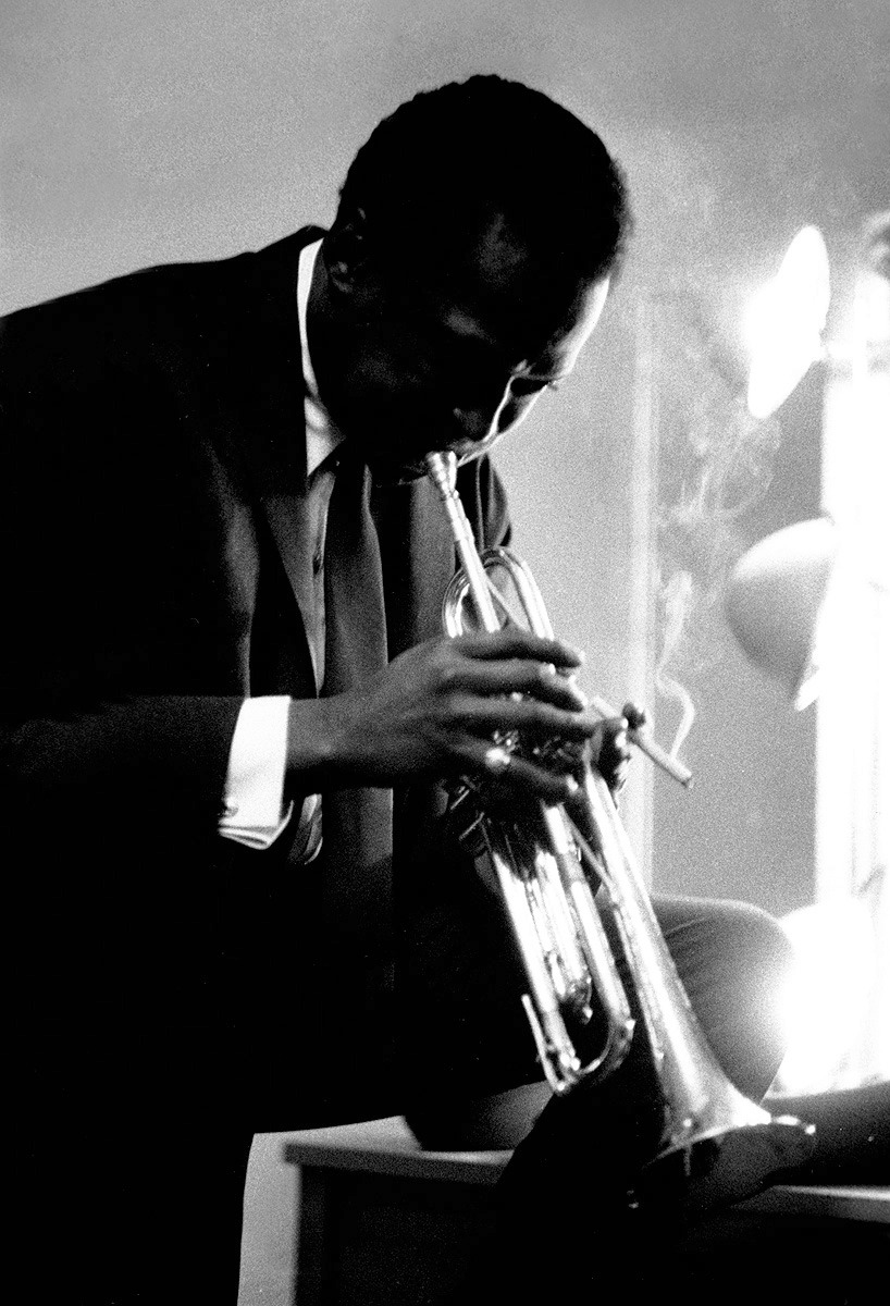inritus:  Miles Davis rehearsing backstage at the Chicago Civic Opera House, 1956  |  Photographed by Michael Ochs