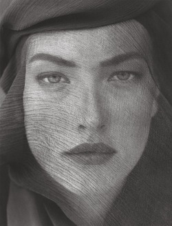 (via lovelyritablog.com) Herb Ritts: Tatjana Patitz, Veiled Head, Joshua Tree, 1988