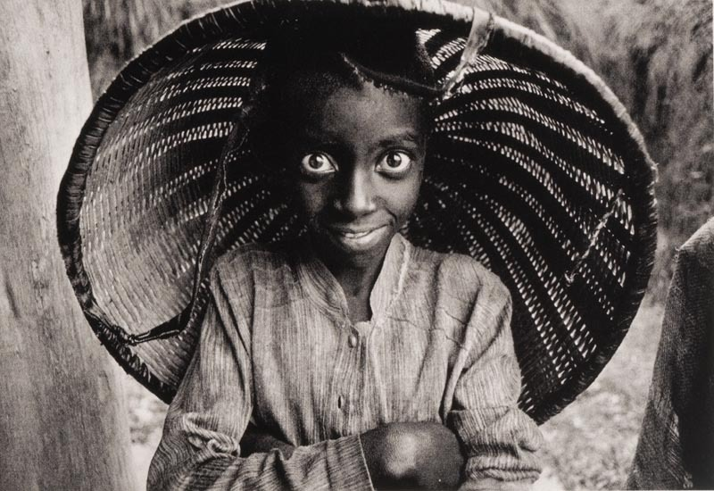Child worker at the Mata tea plantation, Rwanda, 1991. [Credit : Sebastião Salgado]