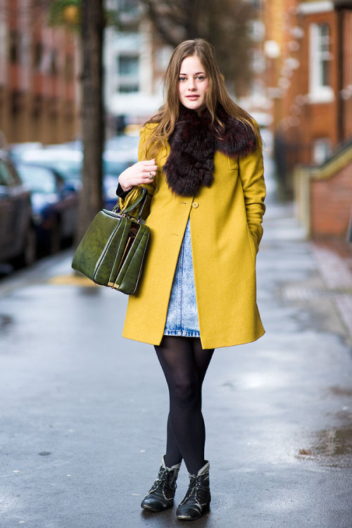 Street Fashion. What a cute green bag with yellow coat. ❤