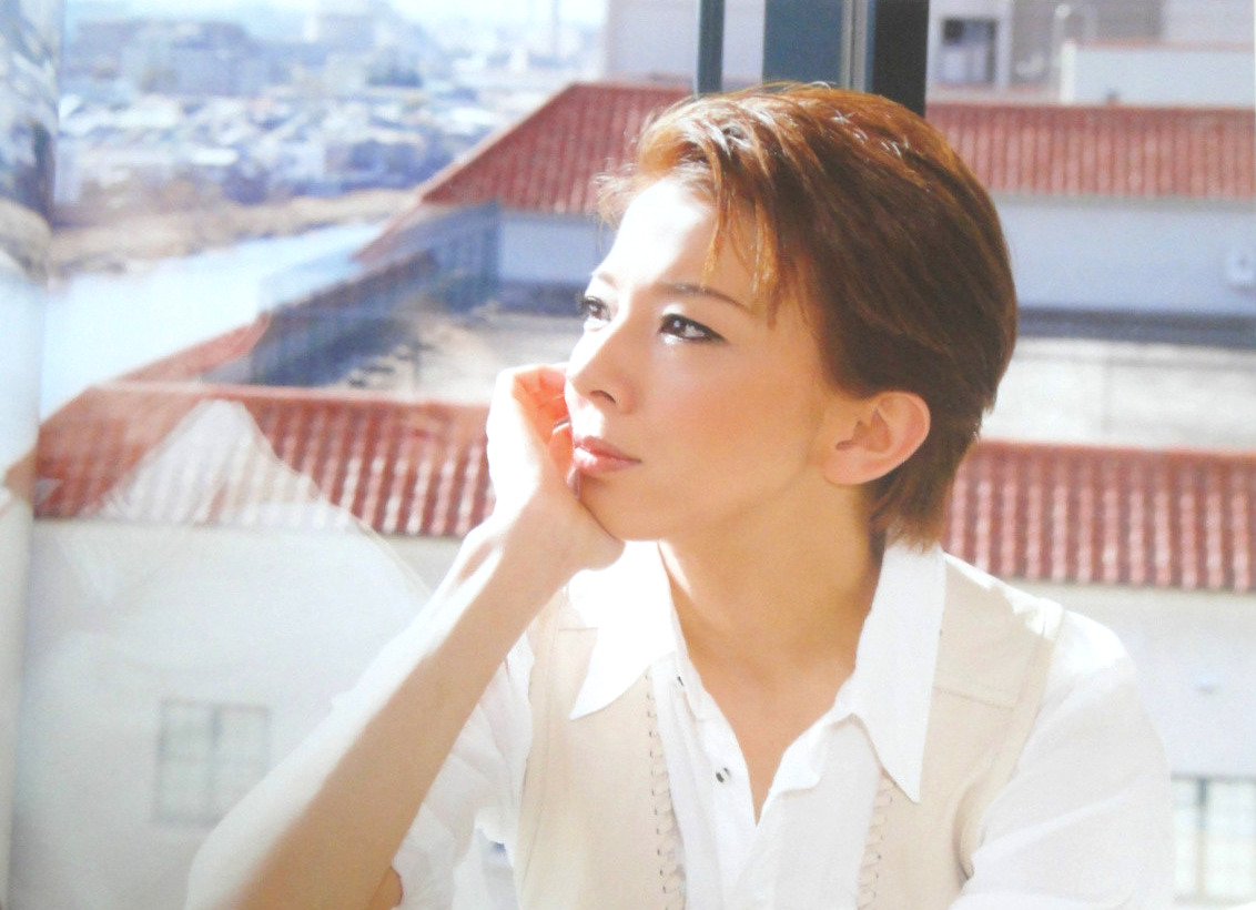 Everyone should get a copy of Takarazuka GRAPH 2012 April.