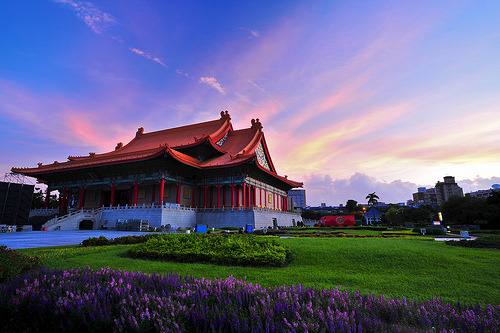 elusive-dreams:  Sunrise of Chiang Kai-shek Memorial Hall . (by Jennifer 真泥佛)