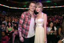 Alexander Ludwig e Taylor Swift no KCA 2012
