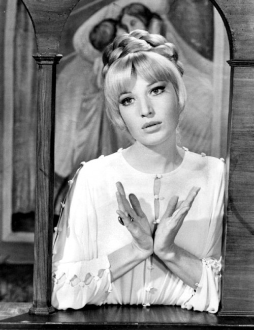 theswingingsixties:  Monica Vitti  The hair, as always.