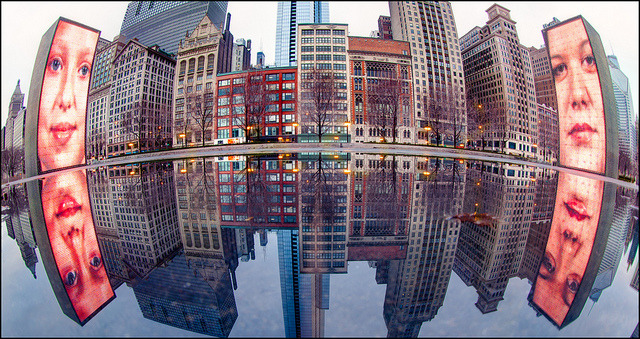 Big Sister's Watching by CJSmith (OutofChicago.com) on Flickr. A través de Flickr: This is a shot from a few weeks ago when I was borrowing the Canon 8-15mm fisheye, shot at 14mm. I am always admiring those shots from guys like Seth Oliver of reflections off of park benches and other objects around the city. When I saw this puddle in Crown Fountain, I wanted to try the same type of thing.Earth Hour Earth Hour is tomorrow night. Many of the city's buildings, including most of the skyline, will be turning off their lights from 8:30 to 9:30 tomorrow night. Any good ideas for where to go to shoot this? I imagine there will be a lot of you down at Adler planetarium. I think it's the lights that make the skyline look as good as it does, but this is an opportunity that only comes around once a year. Maybe this is a good time to shoot from the Hancock? What do you guys think?Jaume Plensa en muufi
