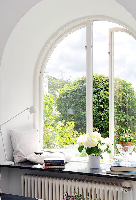myidealhome:  window seat (via COCOCOZY: WEEKEND PHOTO!)