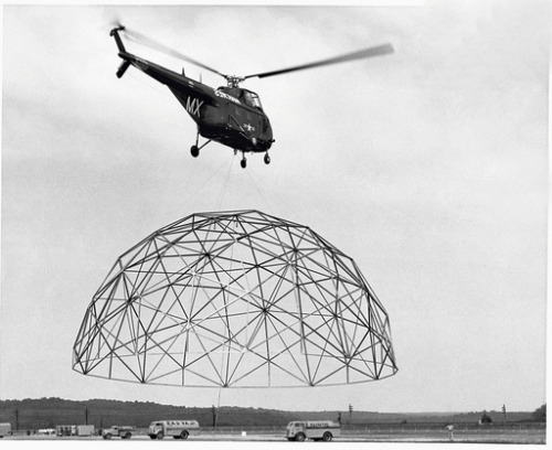 efimeras:  DOME, BUCKMINSTER FULLER This is one of the movable domes that projected Fuller, that could be set up by helicopter. Ésta es una de las cúpulas trasnportables que diseñó Fuller, fácilmente instalable mediante un helicóptero.  This is a geodesic dome that Geodesics, Inc of Raleigh, NC designed for the US Marines.  Bucky did NOT design this or any other Geodesics, Inc dome.