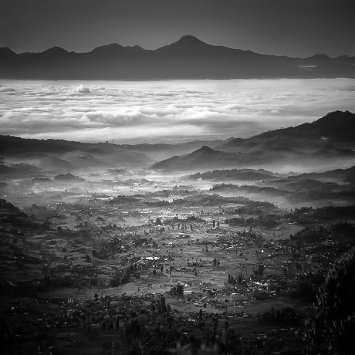 AM Altitude Incredibly detailed black and white landscape photography by Hengki Koentjoro from Indonesia. There is so much going on in this picture. On top of the picture we have the dark mountains which form a heavy contrast with the white low hanging clouds. Below we have trees and more mountains with hanging clouds and mist. What I like the most is the incredible detail in this picture. Everything looks so sharp.