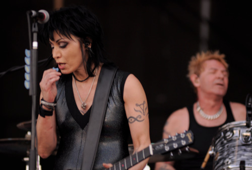 lollapaloozachile:  AHORA: Joan Jett and the Blackhearts.  Joan Jett en Lollapalooza, Chile 2012 :D
