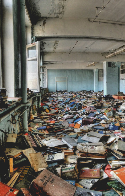intohellsmouthwemarch:  proximated:  abandoned russian library  This is amazing
