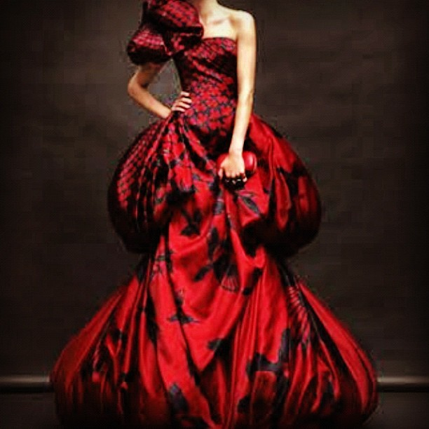 #fashion #alexandermcqueen #dress #mcqueen #reddress #highfashion #hautecouture  (Publicado com o Instagram)