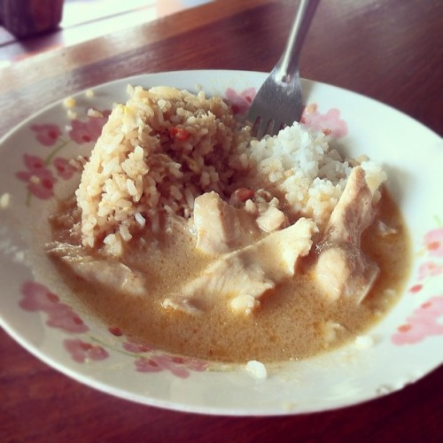 Nomed my way through this. #thailand #thai #floating #house #chicken #curry #rice #food #asia  (Taken with Instagram at MAM&PAH' JAP FLOTING HOUSE BUNGALOW(MAM TOURS))
